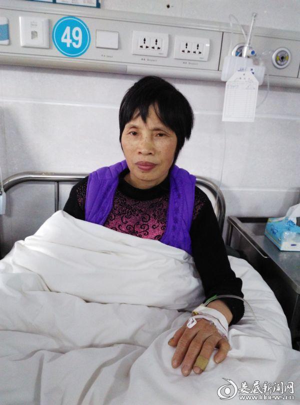彭华周在市中心医院接受治疗