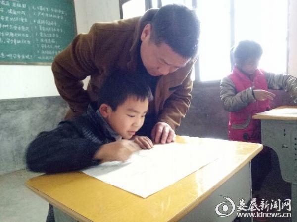 王正耀辅导孩子做功课