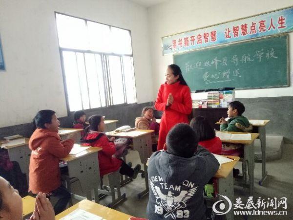 阳女士与学生互动
