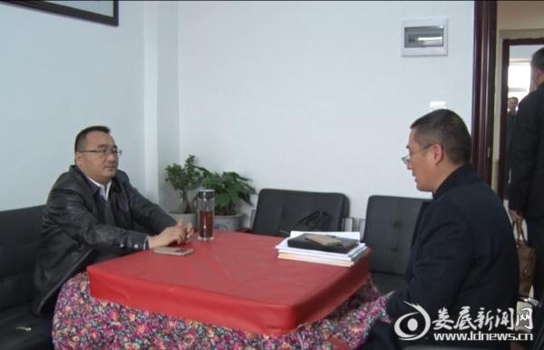 县委常委、组织部长陈群在谈话室