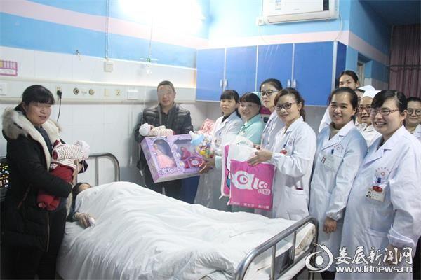 娄底市中心医院生殖医学中心医务人员前往看望龙凤胎宝宝(1)