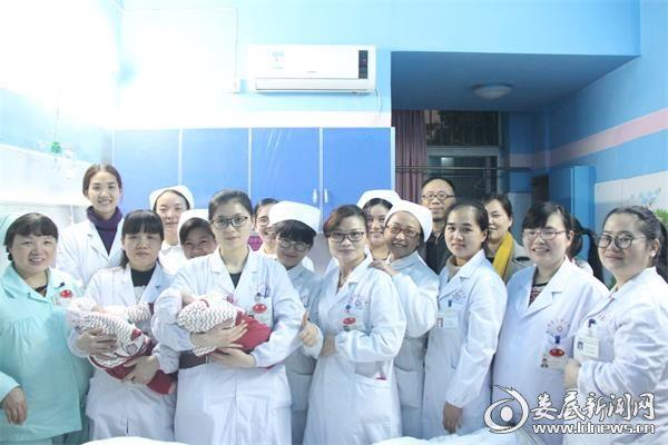 娄底市中心医院生殖医学中心医务人员前往看望龙凤胎宝宝(3)
