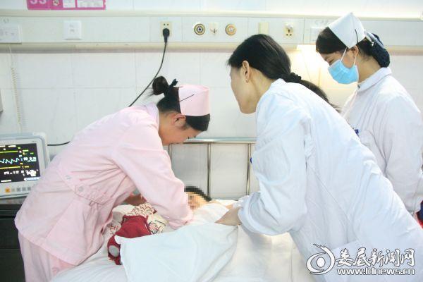 医护人员指导产妇进行哺乳