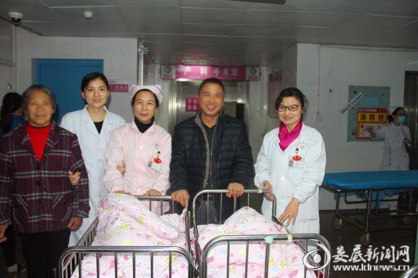 家属开心地迎接从产房出来的龙凤胎宝宝