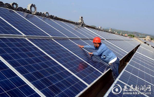 图为屋顶分布式光伏发电项目安装场景
