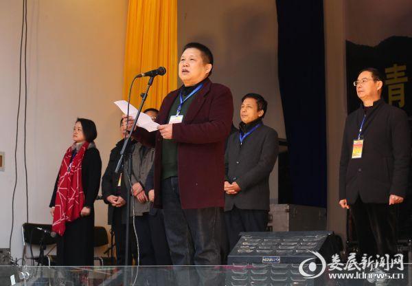 1月8日,湖南省红十字副会长陈希武在涟源市七星街镇首个返乡农民工培训中心落成典礼上致辞。