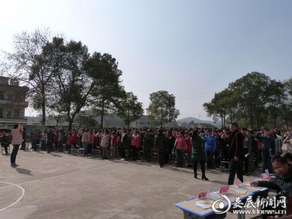 增加中学学生集体宣誓现场