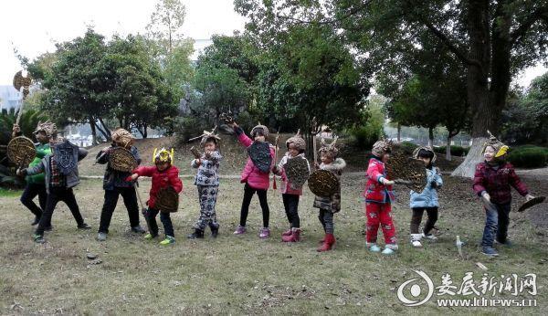 """图为孩子们展示自己制作的""""兵器""""-2"""