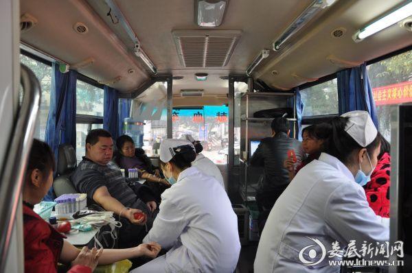 图为新化县上梅镇干部群众献血活动现场