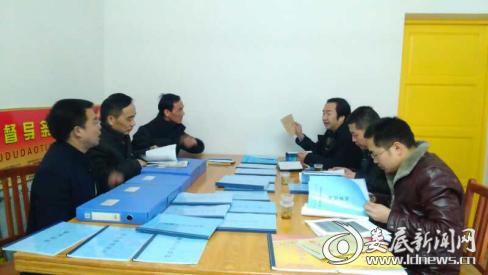 图为考核组人员在新化县第五督学责任区考核现场