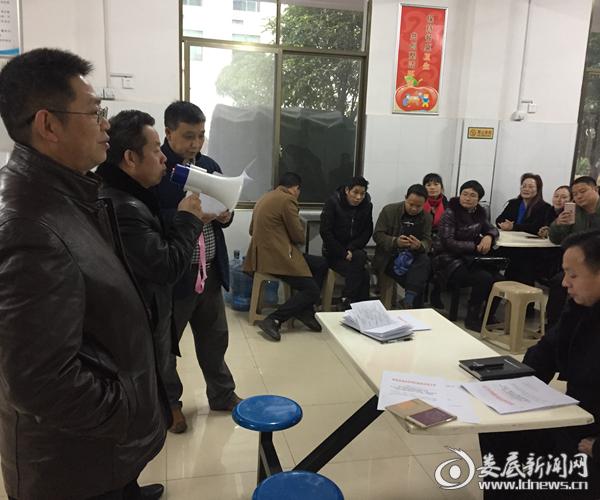 新化县政府办副主任、县禁燃办主任陈扬文(左二)作动员