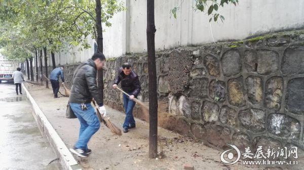 新化县人社局到华新社区进行环境整治