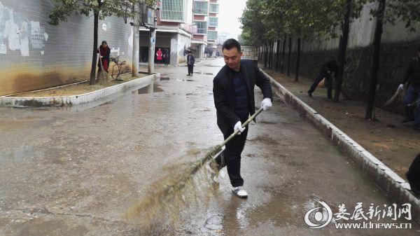 新化县人社局干部职工到社区进行环境整治