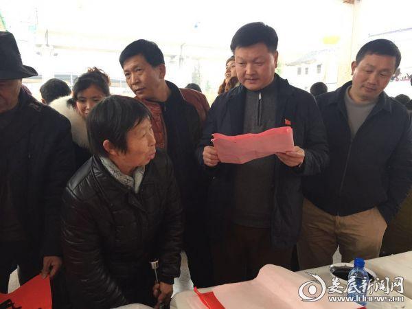 党委书记刘大凯热心帮村民选对联进行书写