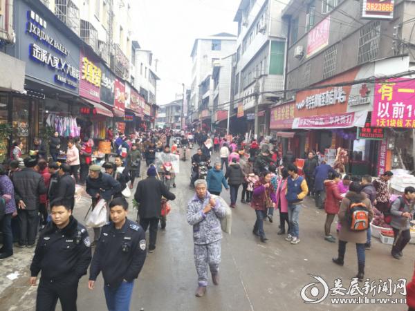 工作人员开展定期巡逻,马路市场拥而不堵