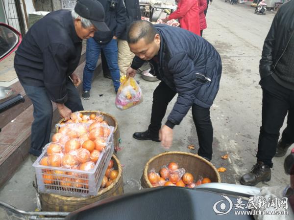 工作人员帮助群众将货物退至经营线内