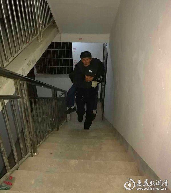 出警队员接力将老人安全送回家