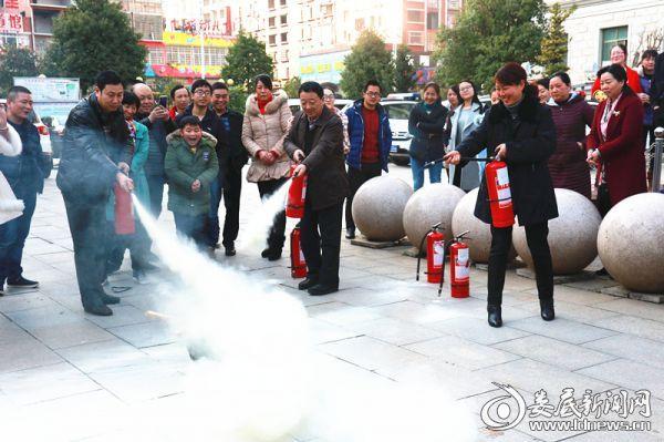 检察干警进行灭火操作实践