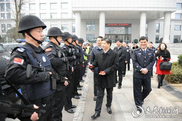 李荐国看望慰问春节坚守岗位的公安民警