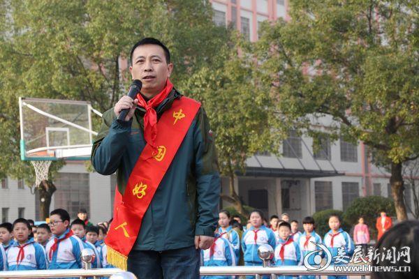 """3、""""中国好人""""黄黎明分享英雄事迹"""