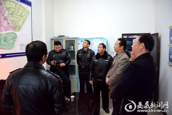 调研组在冷新社区网格化警务室调研