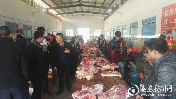 (图为春节期间执法人员在万宝镇农贸市场进行禽类、肉类安全检查)