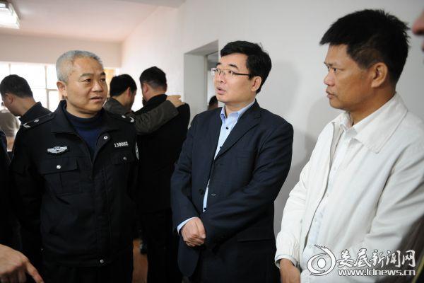 公安部刑侦局副局长陈士渠(右二)现场督战