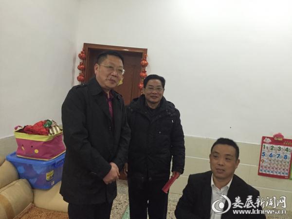 2016年2月20日摄于肖建华家,市总工会副主席谭红卫(左一)慰问大病住院职工肖建华。