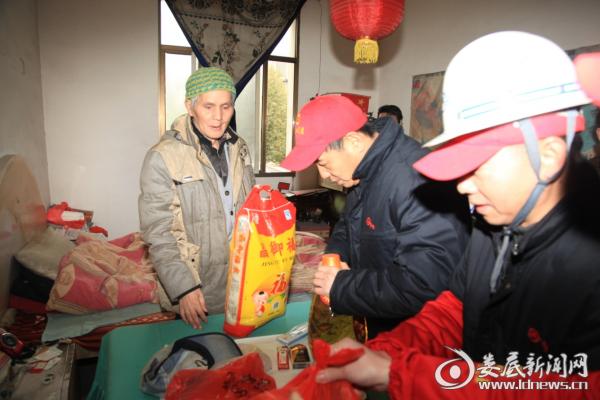 2016年1月1日摄于冷水江市总工会,工会志愿者给孤寡老人送节日慰问品。