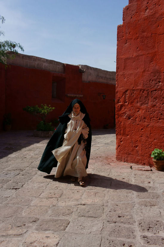 正在修道院拍戏的当地女演员
