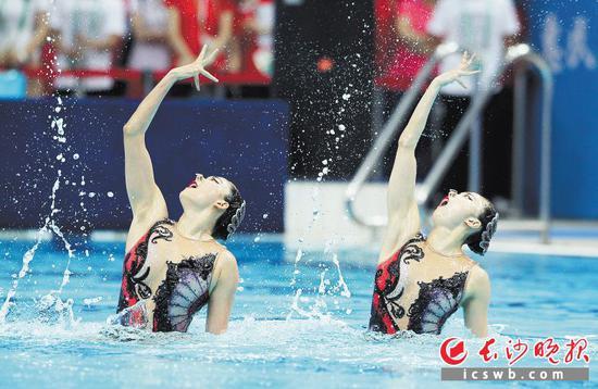 湖南队选手孙文雁、李晓璐在双人自由自选比赛中。   新华社发