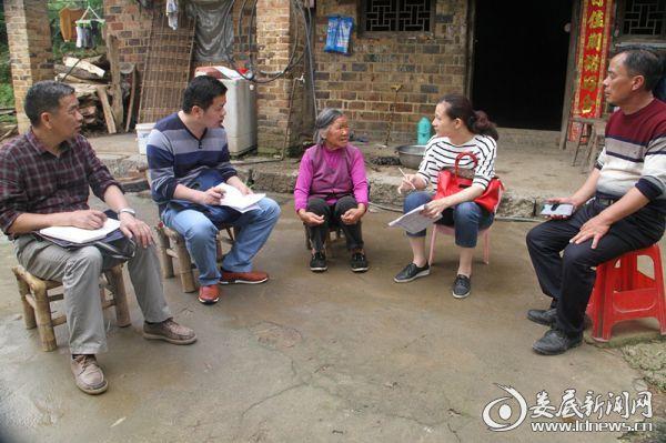 娄底市纪委机关干部在走访罗成香(左三)IMG_0196_副本