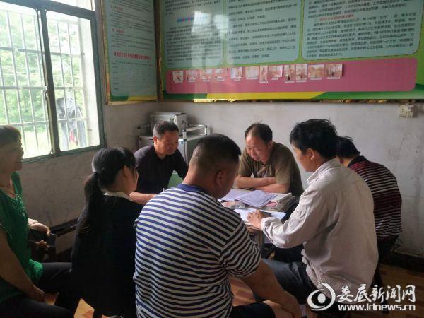 图为咸加村开展集体谈话并签订承诺书