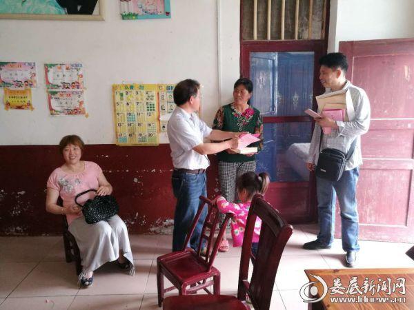 朱华江院长(左二)给村民提建议