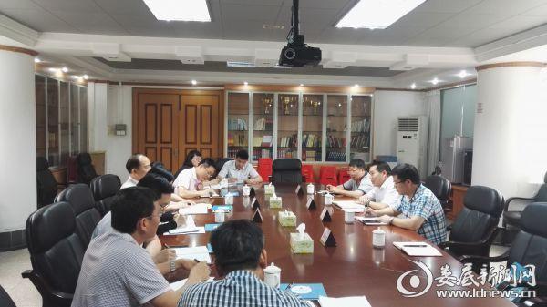 万宝新区党委委员、纪委书记张建中(右中)与三水区纪委领导座谈交流