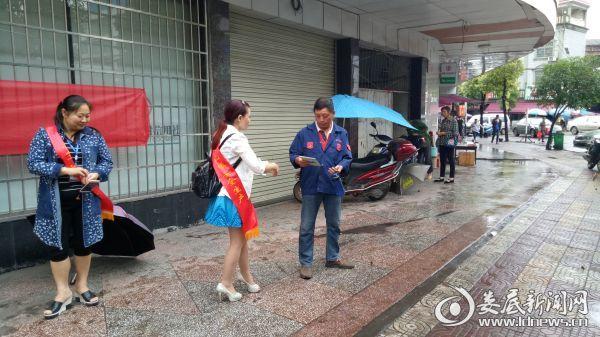 张文艺为过往群众发放宣传手册