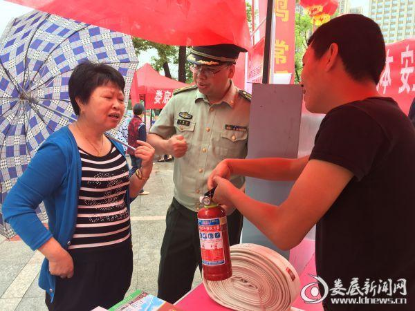 消防宣传人员给市民讲解如何使用灭火器2