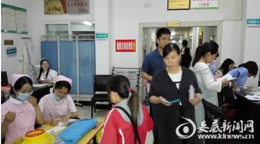 医护人员正在为孕妇妈妈们做好各项服务