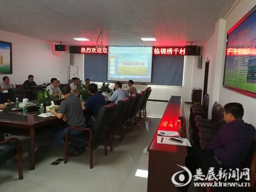 郭星一行同锦绣千村总经理黄平交流农业专业合作社建设。