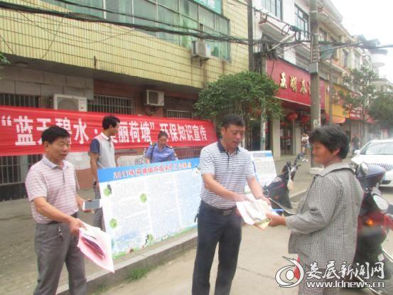 镇长邓勇东为群众讲解环保知识