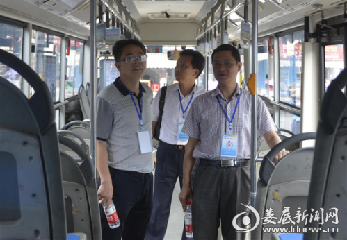 督查组对公交车内卫生情况进行检查