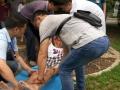 八旬老人公园锻炼不慎摔倒 公园职工合力救助