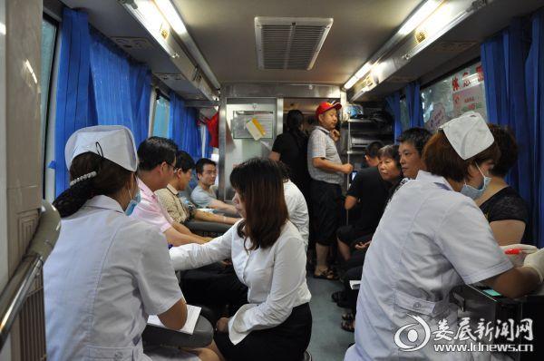 图为献血活动现场
