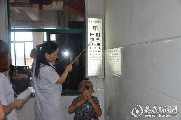 娄底爱尔眼科医院医务人员为术后白内障患者检测视力