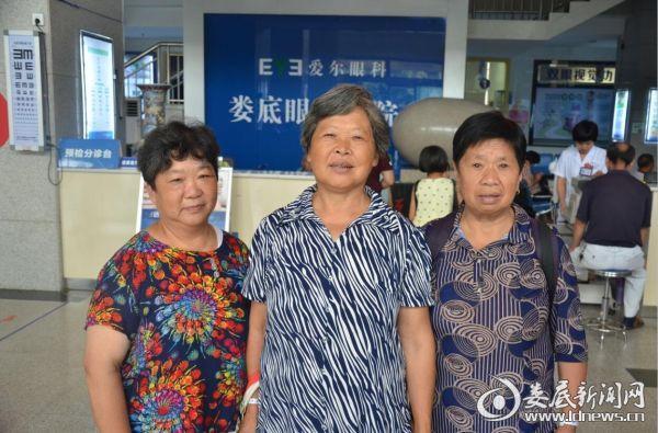 """贺省珍老人(左二)和其他二位同村村民均得到""""立珊光明行动""""贫困白内障免费救治"""