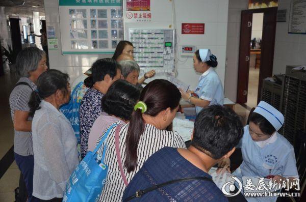 娄底爱尔眼科医院医护人员为荷叶镇得到救治的白内障患者办理出院手续