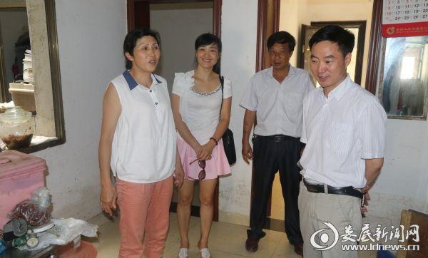 党委书记罗建国(右一),工会主席管长元(右二)慰问受灾职工家庭
