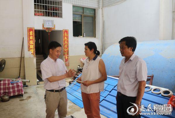 党委书记罗建国(左一),工会主席管长元(右一)慰问受灾职工家庭