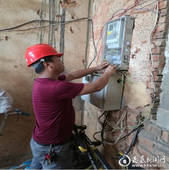 (电力执法人员正在双峰县天和打火机厂采取停电措施)