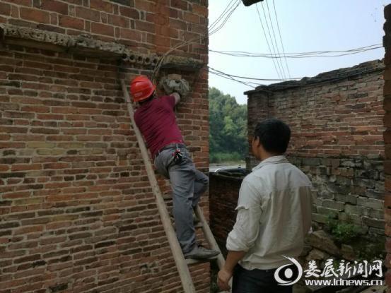 (电力执法人员正在双峰县百叶打火机制造有限责任公司采取停电措施)